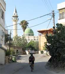 עוברים מימין למסגד