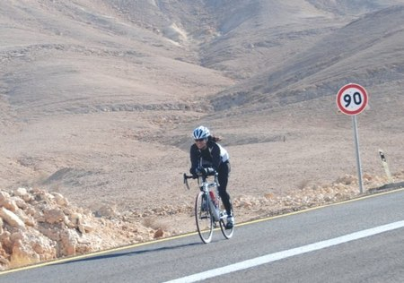 מור שלזינגר ברכיבה על אופניים מול הרוח