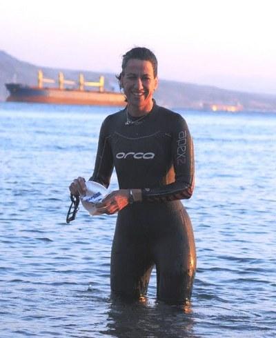 מור שלזינגר בים האדום לפני אימון שחיה