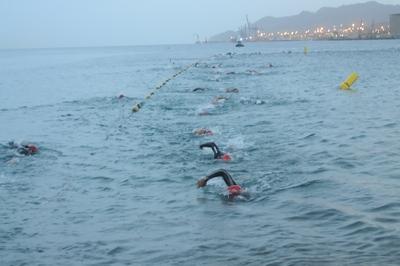 טריאתלטים בסיום השחייה - ישראמן 2009