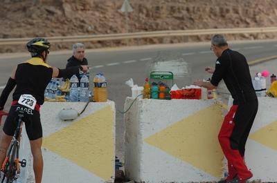 רוכב לוקח אוכל ושתייה בישראמן 2009