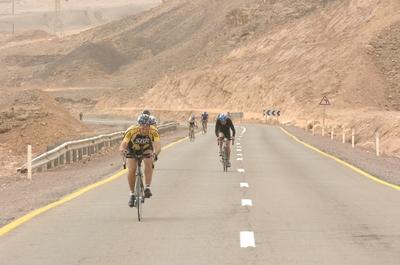 טריאתלטים על מסלול הרכיבה בישראמן נגב 2009