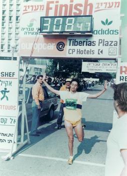 אמאל אבדאלאל על קו סיום מרתון טבריה 1988
