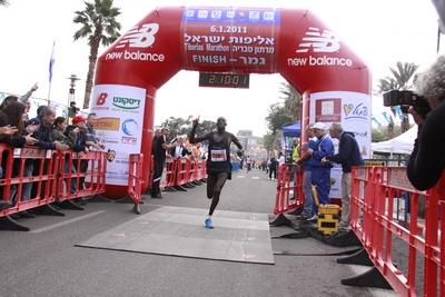 סטפן שמנלאני בסגנון ריצה מנצח במרתון טבריה